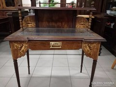 Eklektikus íróasztal felépítménnyel