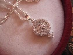 Elbűvölő fehéraranyozott brilles ezüst medál és nyaklánc