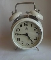 Mom óra fehér színű
