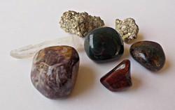 7 db. ásvány kő