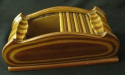 Rácsos iroszer (?) intarziás fa tároló doboz