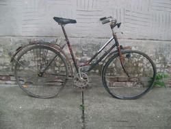 Régi kerékpár - pl. kertbe, virágoknak