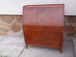 Szekreter lehajtható írólappal,az alján két ajtóval,fókokkal