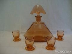 Régi barack színű likőrös üveg poharakkal