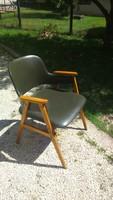 Jó formájú kényelmes retro szép sötét olíva zöld műbőr karfás szék Claus szék