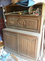 Faragott antik szekrény....