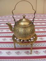 Csodálatos, cizellált, antik réz teáskanna szintén réz, három lábú szépséges alátét állvánnyal