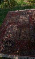 Vastag,nagyon sűrű csomózású kéziszövésű perzsa szőnyeg.