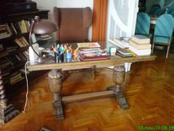 Antik, faragott íróasztal és hozzá tartozó karfás, füles-fotel eladó