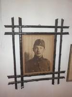 Világháborús katona kép faragott keretben