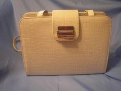 Fehér színű lakk táska, fém csat díszítéssel