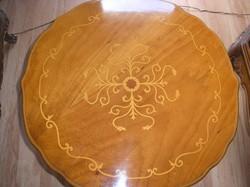 Barok intarziás kis asztalka.59cm átmérő és 44cm magas